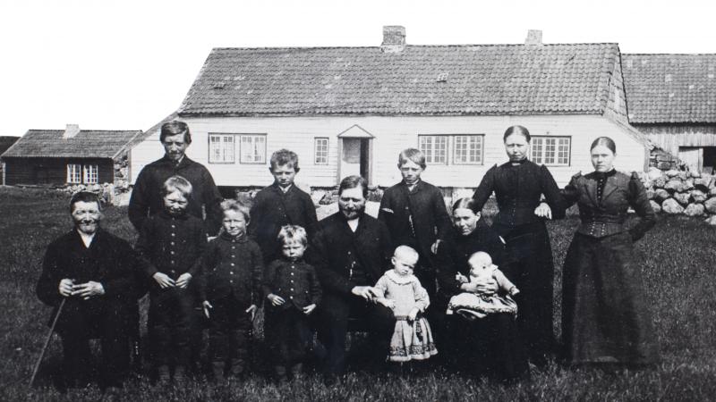 Andreas H Serigstad med familie 16 9 format PNG
